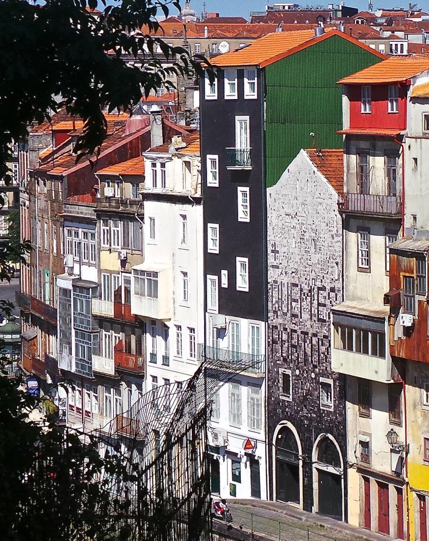 Derrière la gare, la façade d'une maison a été recouverte d'azulejos personnalisés, sous la houlette de l'artiste ±MAISMENOS±